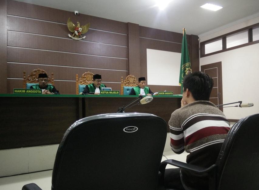 Tribunal de indonesia sentencia a latigazos a pareja gay (Reuters)