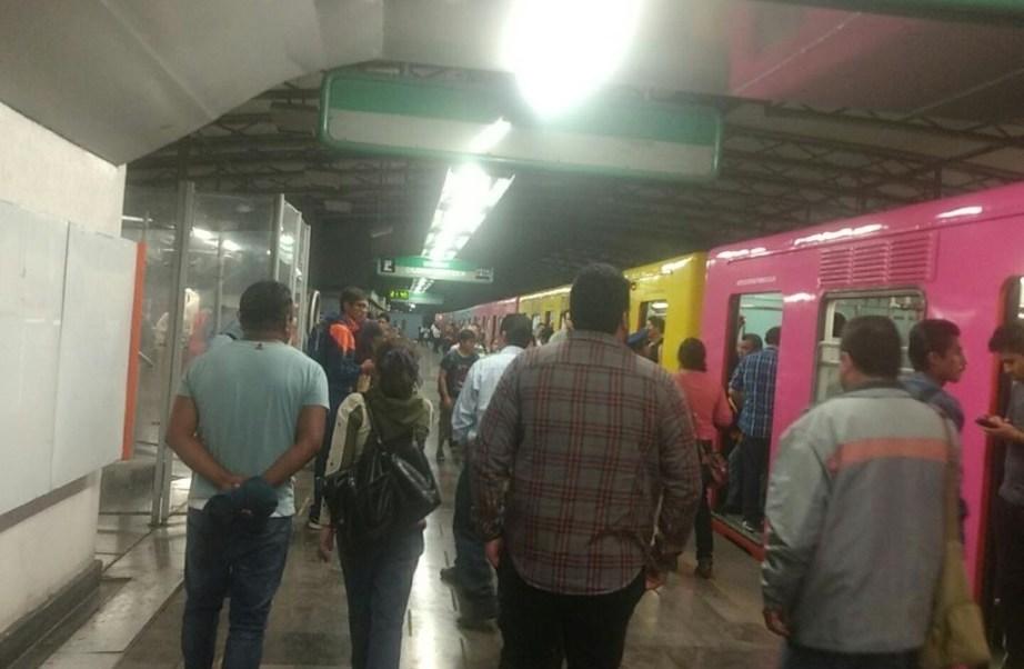 Usuarios esperan a que se restablezca el servicio del metro