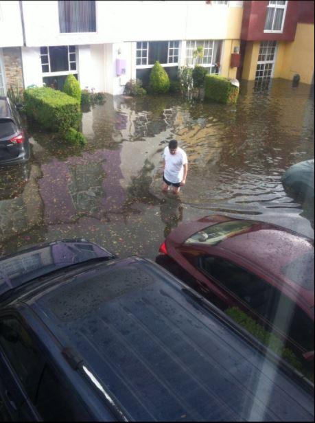 Casas y autos afectados por una tormenta en Coapa