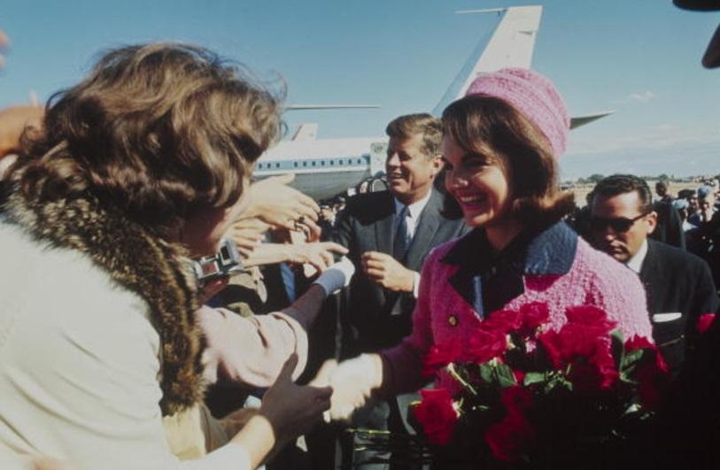 El presidente Kennedy y su esposa Jackie el 22 de noviembre de 1963, después de su llegada al fatídico viaje por Dallas (Getty Images)