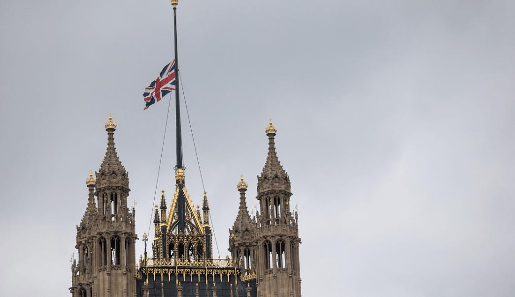 La bandera británica luce a media asta en el Parlamento de Westminster