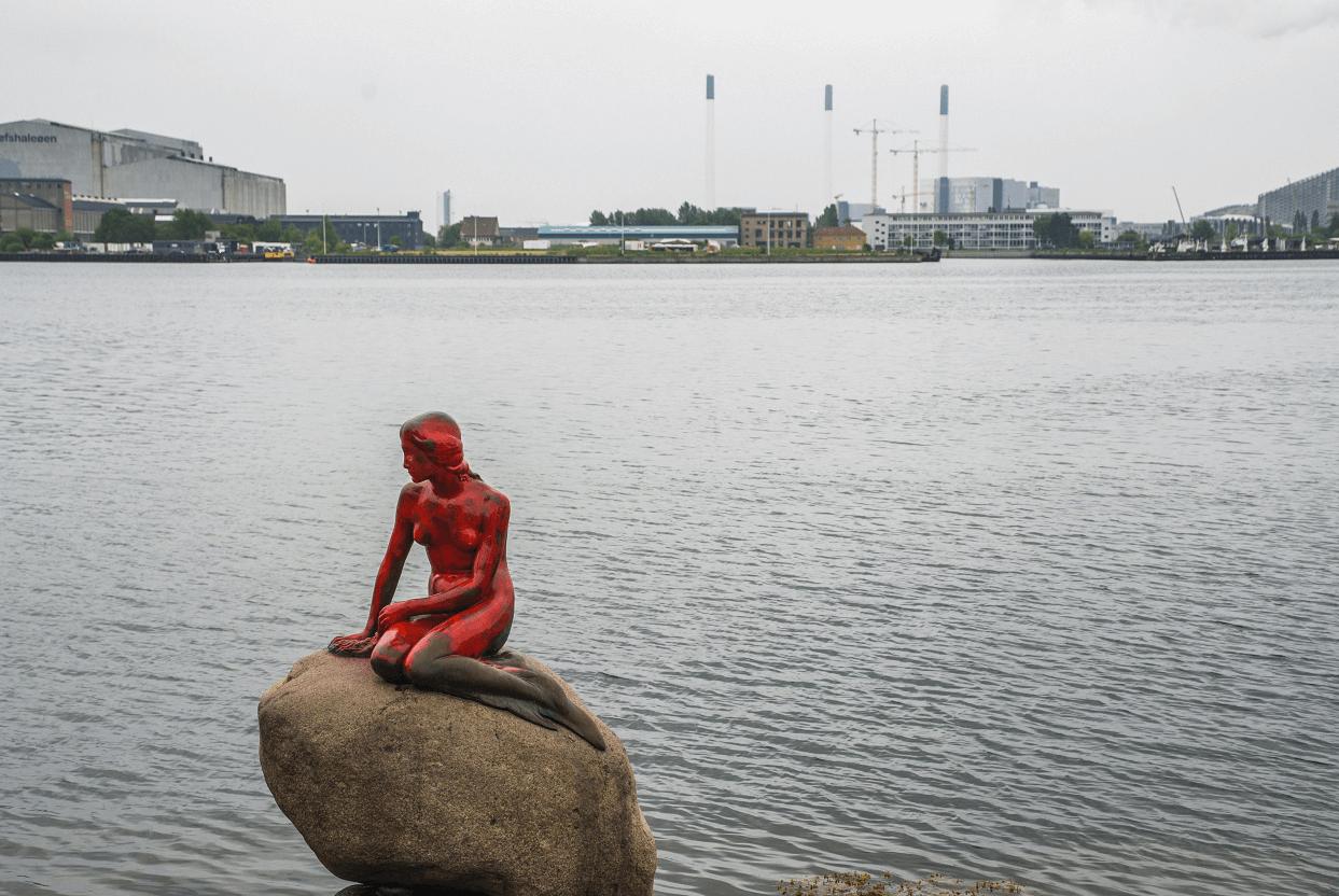 La famosa Sirenita de Copenhague pintada de rojo por una protesta