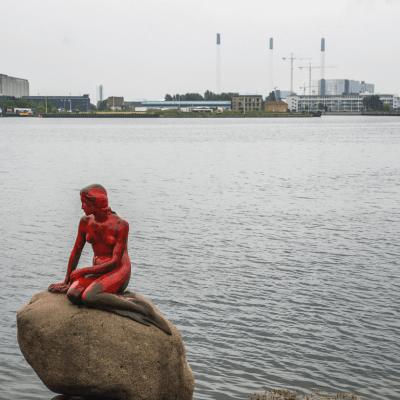 Pintan de rojo a la Sirenita de Copenhague contra la caza de ballenas