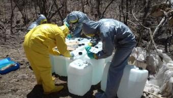 En el lugar, los policías federales hallaron siete bidones de 20 litros y un bidón de 50 litros para elaborar drogas (CNS-Policía Federal)