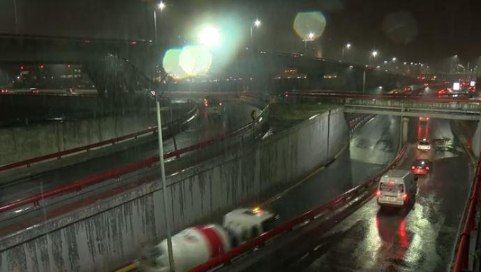 Lluvias causan en minutos afectaciones en Monterrey