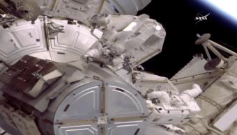 os astronautas Peggy Whitson y Jack Fischer realizan caminata espacial