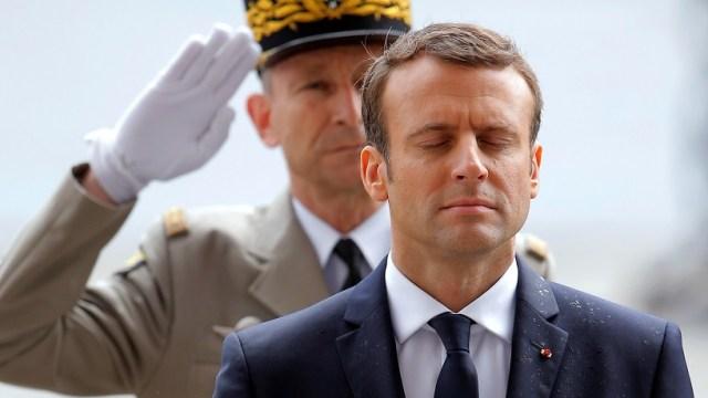 El presidente francés Emmanuel Macron rinde un minuto de silencio en la Tumba del Soldado Desconocido (Reuters)