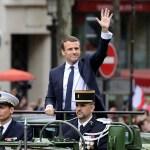 El presidente francés Emmanuel Macron saluda a la multitud en los Campos Elíseos momentos antes de la ceremonia de inauguración de su Gobierno (Getty Images)