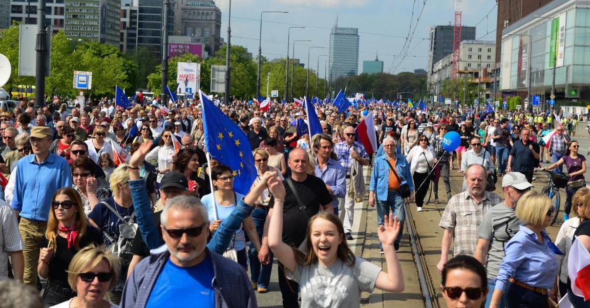 Miles de personas participan en Marcha por la Libertad en Varsovia