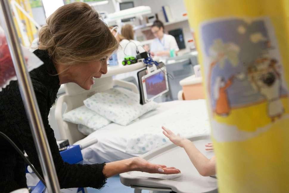 Melania Trump saluda a niño en el hospital Bambino Gesú de Roma