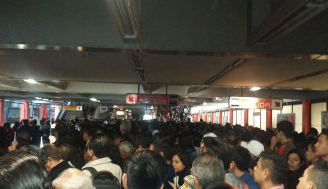 Unos 25 mil usuarios llegaron tarde a sus destinos por el retraso que esta mañana se generó en el servicio de la Línea 7 del Metro. (Twtter: @Iberomed)