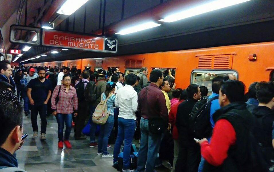 Autoridades del Metro estiman que 25 mil usuarios fueron afectados por el tiempo de espera entre los trenes. (@jaleontapia )