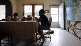 Migrantes hondurenos en centro de detencion en Texas