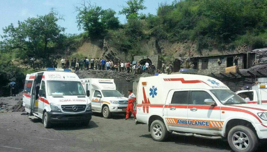 Ambulancias y trabajadores de emergencia reunidos en la entrada de la mina de Azadshahr, Irán (Twitter @BREAKING_PTV)