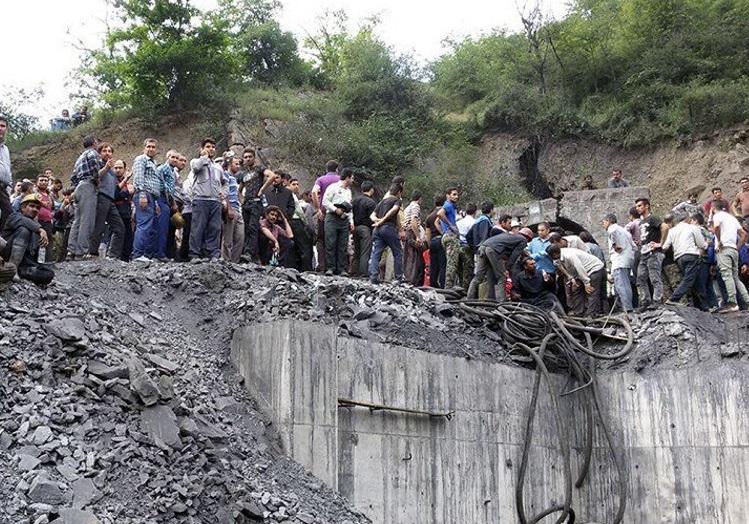 La gente se reúne en el sitio de una explosión en una mina de carbón en Irán (Reuters)