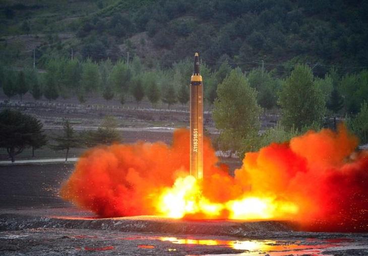 El misil balístico de largo alcance Hwasong-12 (Mars-12) es lanzado durante una prueba (Reuters)
