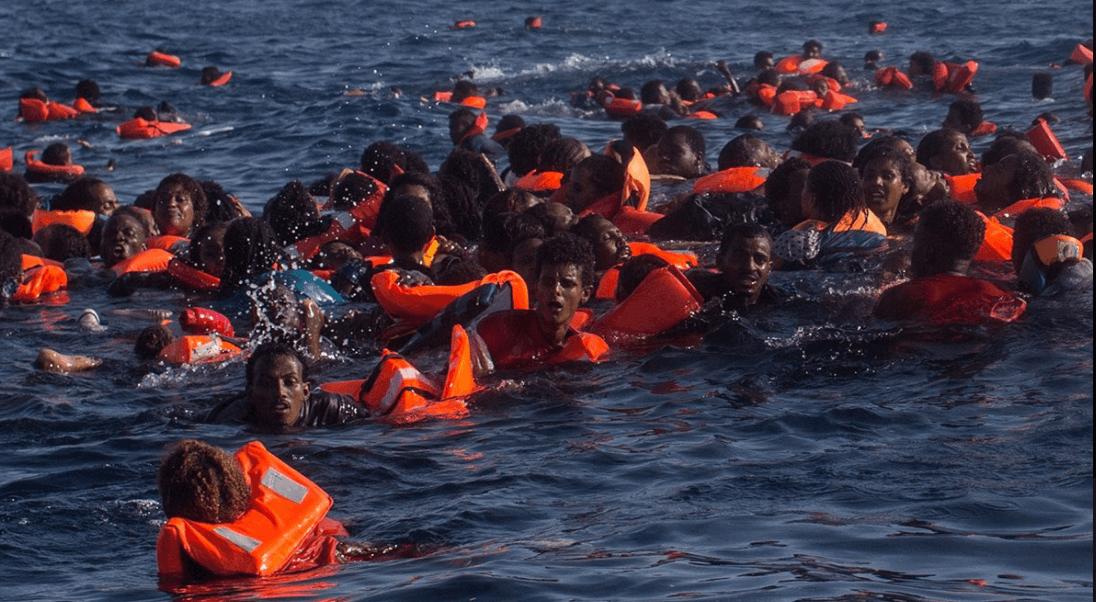 MOAS publicó una foto en la red social Twitter en la que se puede ver a numerosas personas en el agua durante la operación de rescate