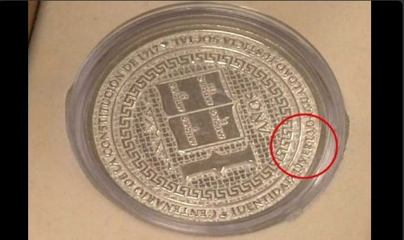 Moneda de plata conmemorativa por el Centenario de la Constitución. (Twitter @MasPlataformaM)