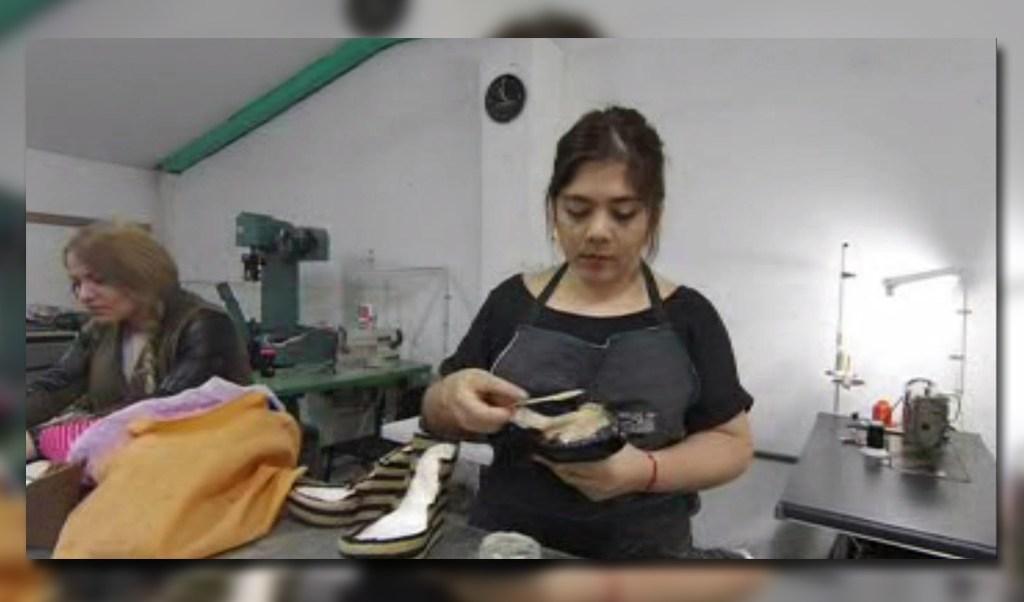 Zapatera toma un taller para emprender un negocio