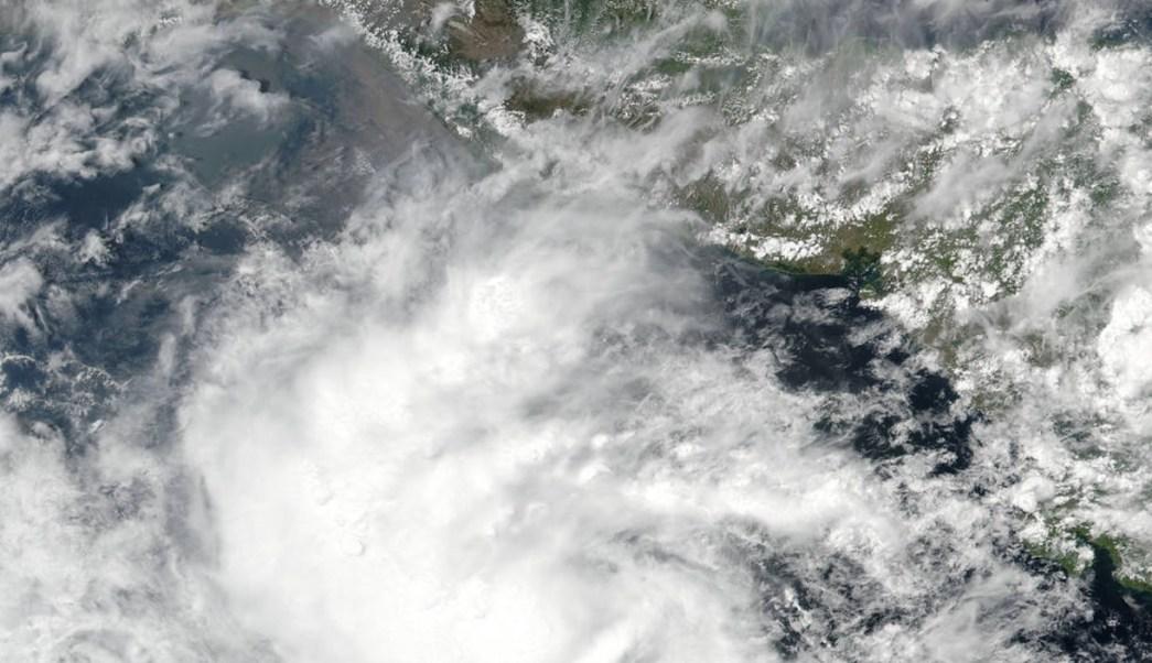 'Adrián' inició su formación como la primera depresión tropical de la temporada en El Salvador. (NASA)