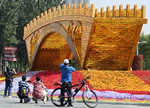 Un monumento en forma de puente dorado en Beijing