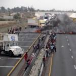 Pobladores bloquean la carreta Puebla Orizaba en el poblado de Palmarito