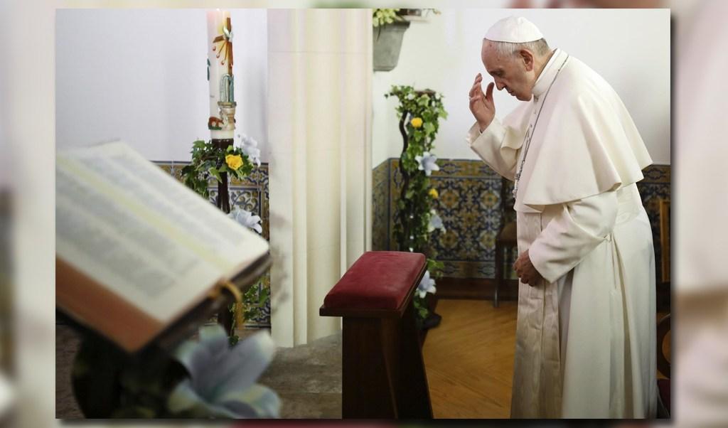 El papa rezó en el interior de la capilla de la base aérea del Monte Real en Leiria, Portugall