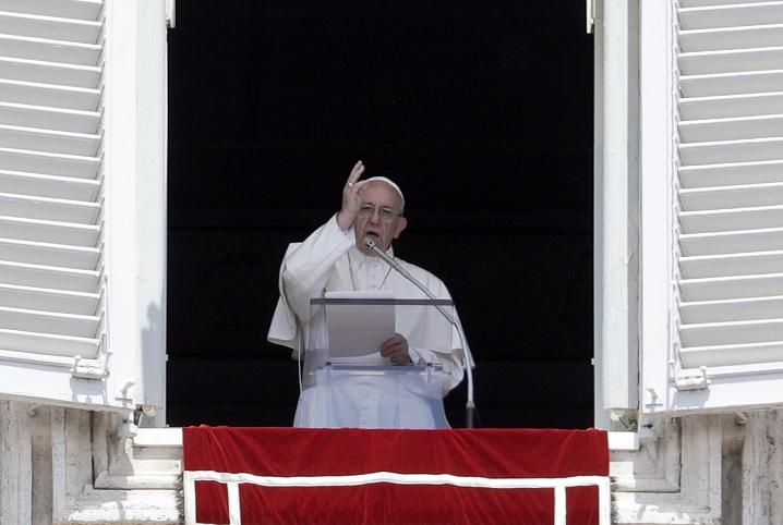 El papa Francisco dirige la oración de Regina Coeli en la Plaza de San Pedro en el Vaticano (AP)