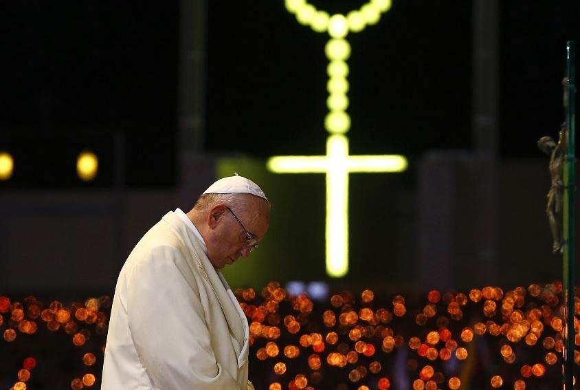 El Papa Francisco dirige la bendición de la ceremonia de las velas de la Capilla de las Apariciones en el Santuario de Nuestra Señora de Fátima en Portugal (Reuters)