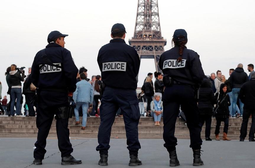 Policía patrulla cerca de la Torre Eiffel en París, Francia (Reuters)