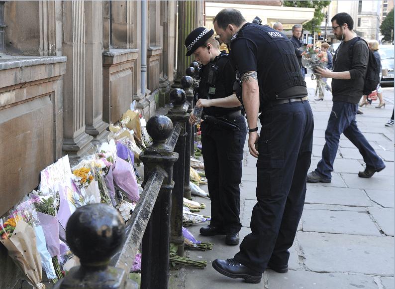 Ofrendas florales en honor a las victimas del atentado en Manchester