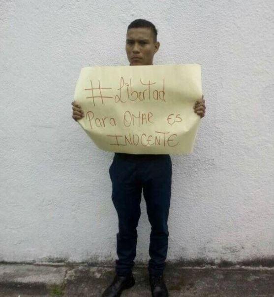 Un grupo de opositores venezolanos retienen por varias horas a dos policías. (@Obeysser)