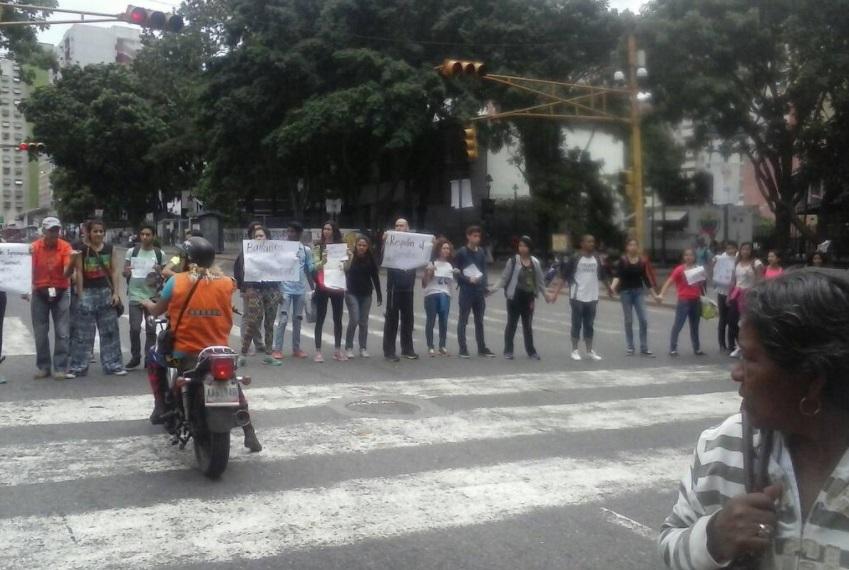 Estudiantes se manifiestan en calles de Caracas contra Maduro (Twitter @mui_unearte)