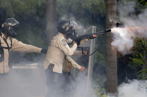 Fuerzas de seguridad, gas lacrimógeno, manifestantes, protestas, Venezuela