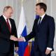 Los presidentes Putin y Macron estrechan la mano (Reuters)