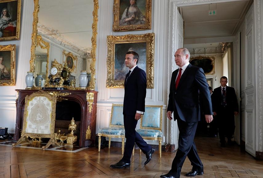 Macron camina con Putin en el castillo de Versalles (Reuters)