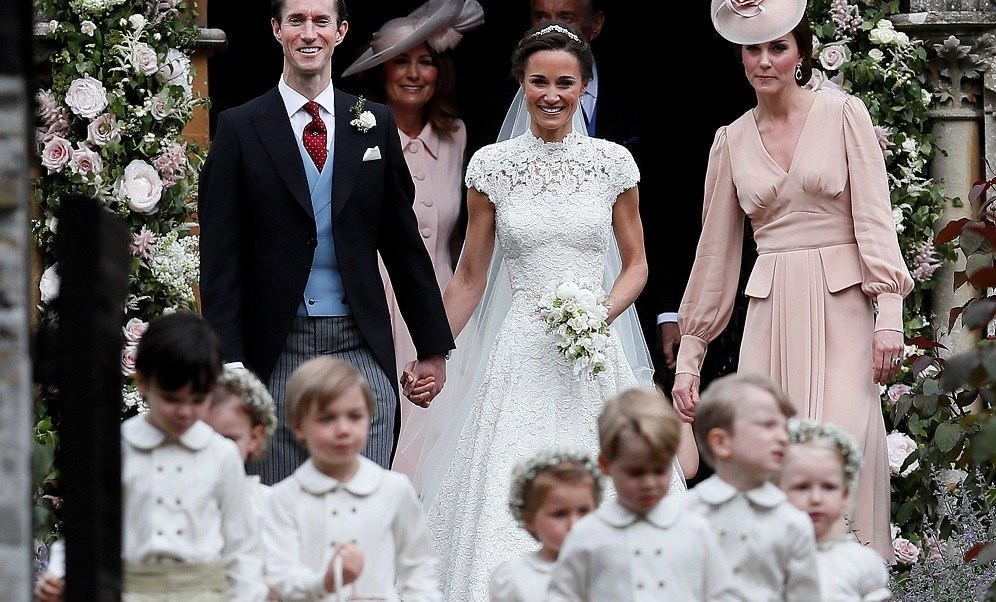 Pippa Middleton y James Matthews son acompañados por la duquesa de Cambridge (Reuters)