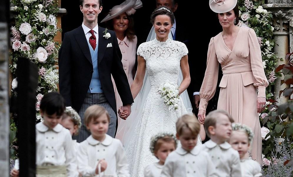 Pippa Middleton y James Matthews son acompañados por la duquesa de Cambridge (Reuters)