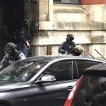Policías ingresan a apartamentos en Granby House en Manchester (AP)