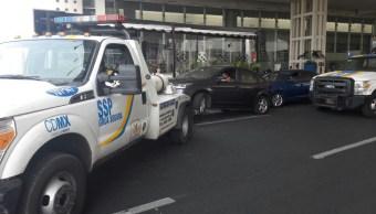 Remiten al corralón 26 autos que operaban como taxis en el AICM. (@CDMX_Semovi)