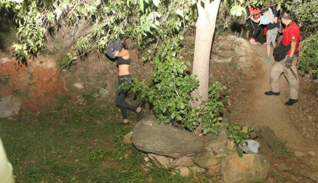rescatan a meiores de un cerro en monterrey