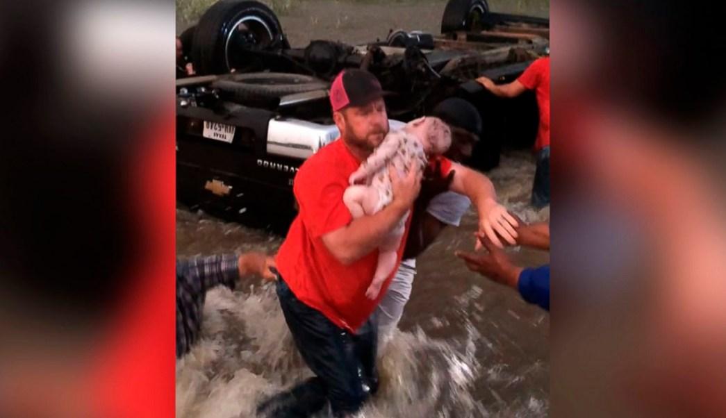 Video muestra rescate de un padre y sus dos hijos tras paso de tornado.