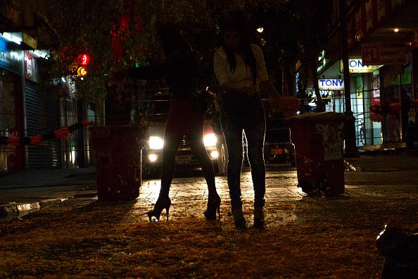 Sexoservidoras caminan por calles de la CDMX