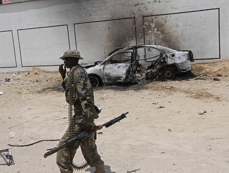 Soldado de Somalia frente a auto bomba