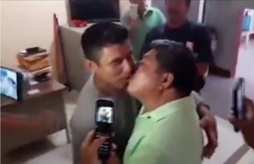 Taxistas se besan para pagar una presunta apuesta