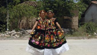 Dos mujeres portan vestido de tehuana