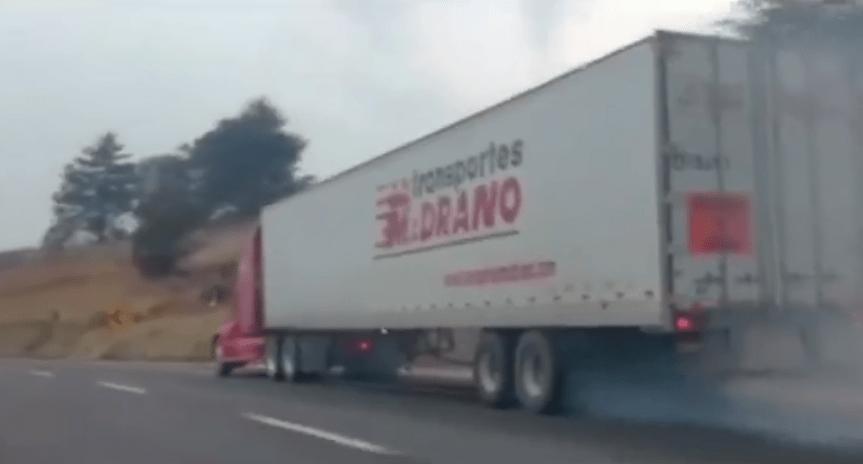 Policía Federal escolta a tráiler sin frenos en la México-Puebla