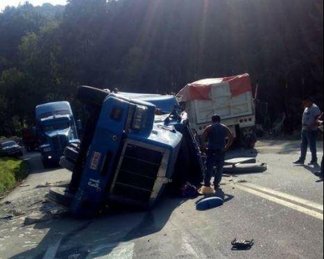 Un trailer vuelca y causa otro choque en Veracruz