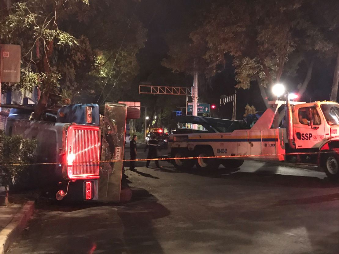 Autoridades retiran trailer volcado