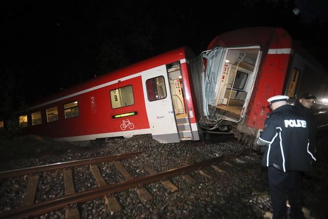Tormentas eléctricas causan el descarrilamiento de un tren cerca de Stadtroda, Alemania del este (AP)